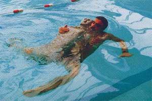 Le record mondial de nage avec mannequin for Mannequin piscine